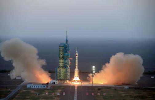 Lancement de Shenzou 11 par Long March 2F © Xinhua